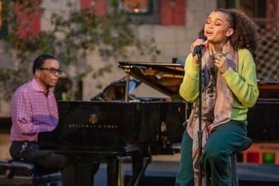 """""""El legendario pianista de jazz Herbie Hancock y la aclamada vocalista Andra Day se presentan como parte del Concierto Mundial de Estrellas del Día Internacional del Jazz 2021"""". (Steve Mundinger para el Instituto Herbie Hancock de Jazz)"""