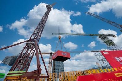 La ceremonia de entrega de la grúa torre de pluma basada en energía eólica LW2340-180. (PRNewsfoto/Xinhua Silk Road)
