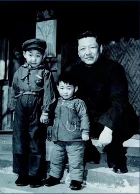 Fotografía de archivo de Xi Zhongxun (derecha) con sus hijos Xi Jinping y Xi Yuanping. (PRNewsfoto/CCTV+)